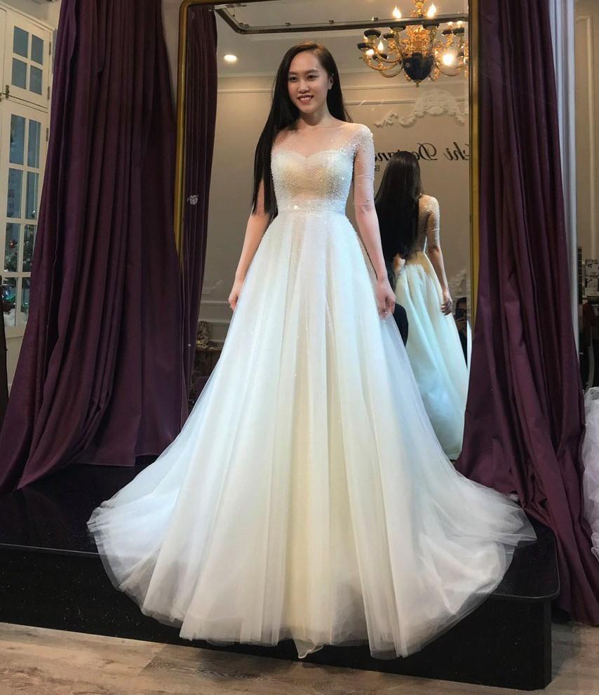NSND Trung Hiếu đưa bà xã tương lai kém 19 tuổi đi thử váy cưới - Ảnh 2