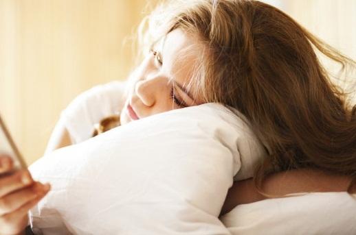 Thói quen kiểm tra điện thoại vào mỗi buổi sáng sẽ khiến năng suất làm việc bị giảm