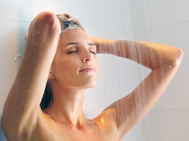 Tắm nước nóng quá lâu khiến bạn bị khô da.