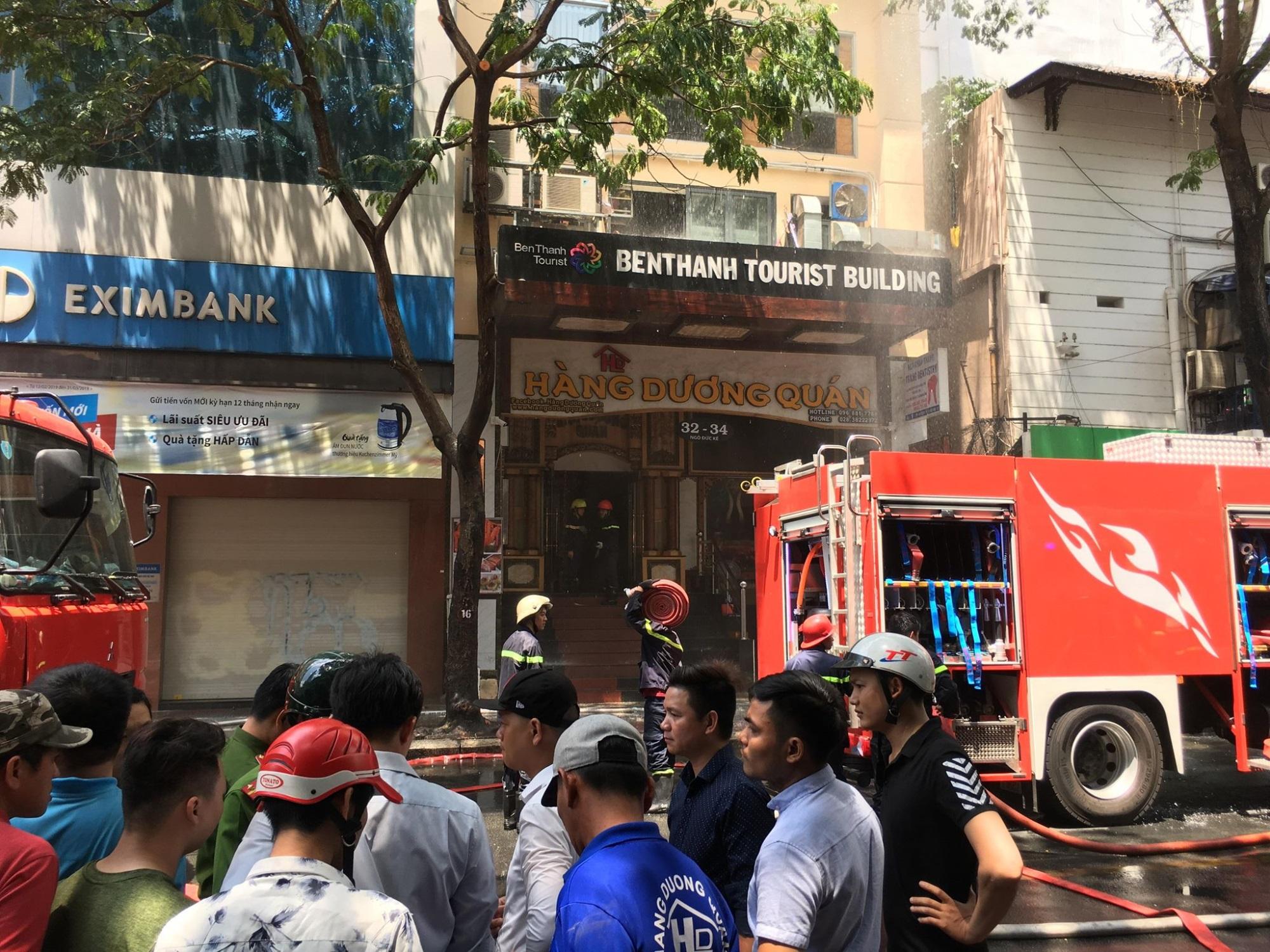 Cháy lớn ở nhà hàng gần phố đi bộ Nguyễn Huệ, nhiều người hoảng loạn tháo chạy - Ảnh 1