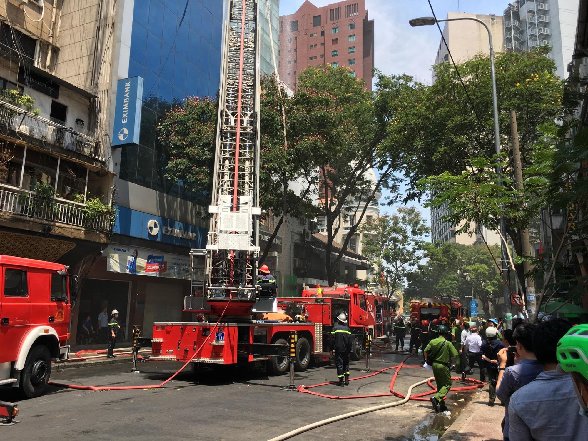 Cháy lớn ở nhà hàng gần phố đi bộ Nguyễn Huệ, nhiều người hoảng loạn tháo chạy - Ảnh 3