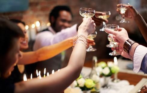 Nam giới uống quá nhiều rượu bia sẽ không thể kiểm soát khả năng cương cứng của dương vật.