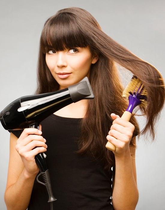 Khi chải lược đến gần ngọn tóc, hãy xoay lược từ ngoài vào trong để giữ nếp cong cho ngọn tóc