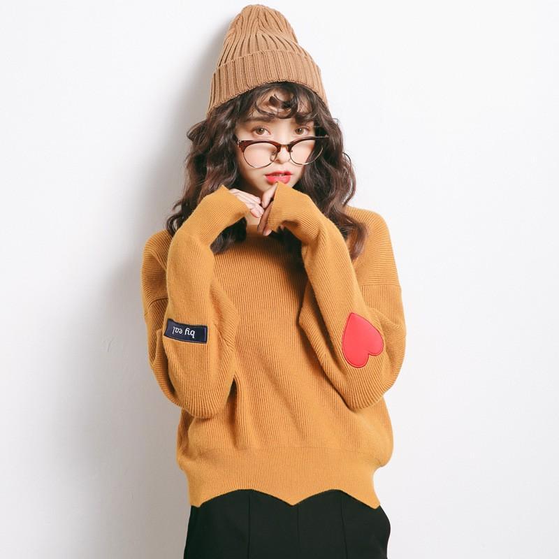 Bạn có thể kết hợp áo len với quần jeans, chân váy da,…vv để tăng thêm vẻ trẻ trung, năng động cho phái đẹp