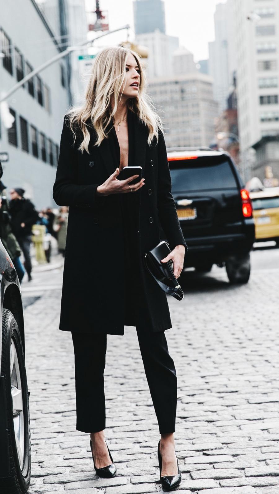 Không ngạc nhiên khi tông đen nằm đầu danh sách gam màu lý tưởng cho trang phục đơn sắc. Kết hợp áo khoác cùng clutch nhỏ và đôi giày cao gót mũi nhọn luôn giúp các cô nàng trông tinh tế, cổ điển.