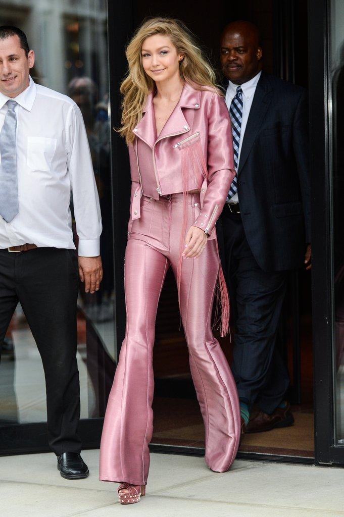 """Màu hồng đang được cho là gam màu giới mộ điệu lăng xê nhiệt tình dạo gần đây. Gigi Hadid cũng không ngoại lệ khi chọn cả """"cây hồng"""" trong một lần xuất hiện trên đường phố New York."""