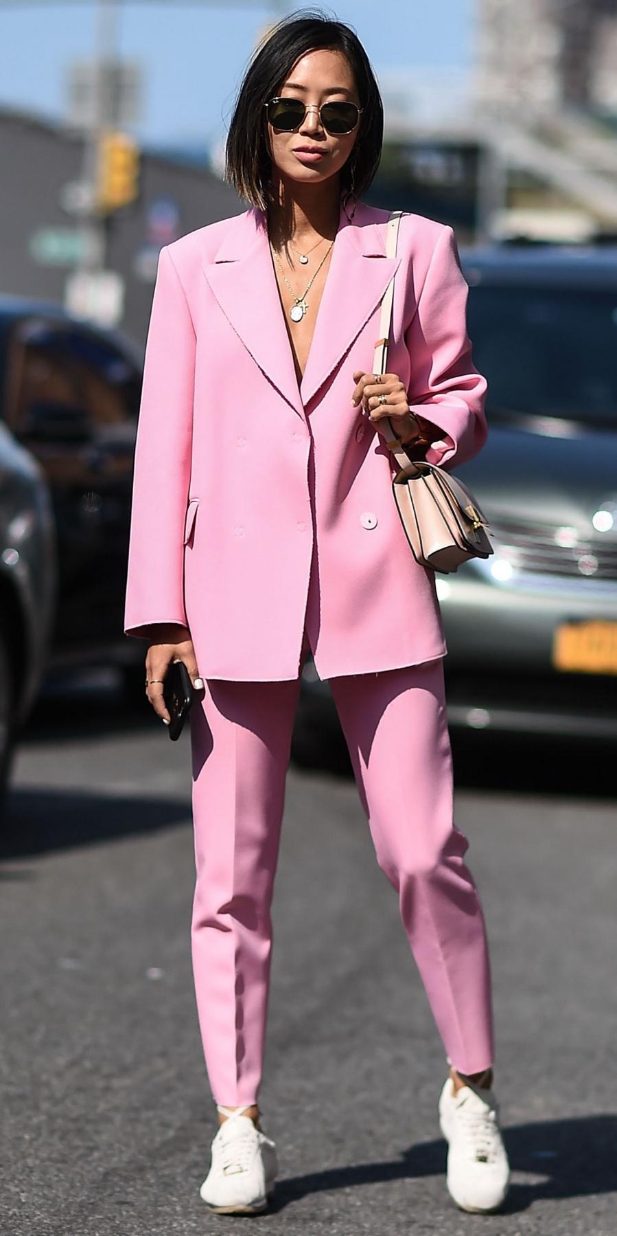 Fashionista Aimee Song chọn cho mình bộ suit hồng và đôi giày sneakers trắng năng động.