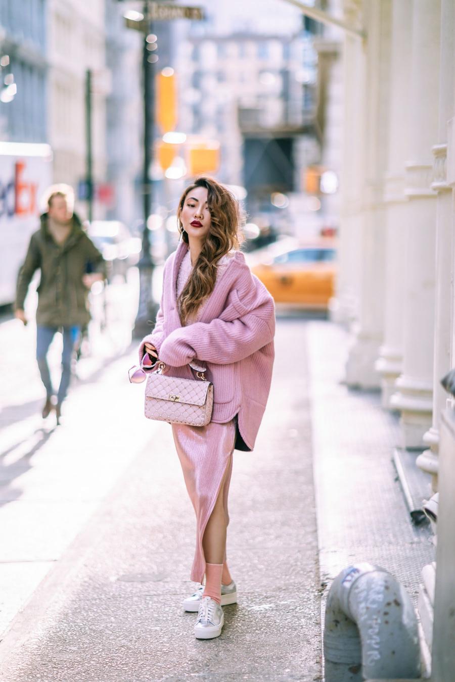 Cô nàng này lại trông nữ tính và rất thời trang khi phối nhiều loại chất liệu khác nhau, giúp tổng thể bộ trang phục trở nên lôi cuốn và ấn tượng.