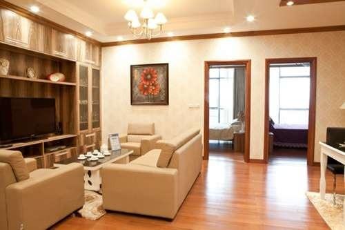 Phòng khách với gam màu sơn vàng sữa tạo nên vẻ ấm cúng, nhẹ nhàng cho ngôi nhà.