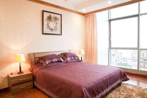 Cửa sổ của phòng ngủ được thiết kế với diện tích lớn để có thể đón ánh nắng mặt trời.