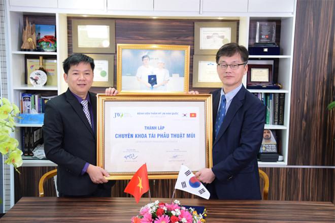 TS.BS Man Koon Suh  phối hợp cùng với TS.BS Nguyễn Phan Tú Dung thành lập chuyên khoa tái phẫu thuật mũi ứng dụng công nghệ 4.0 đầu tiên tại Việt Nam