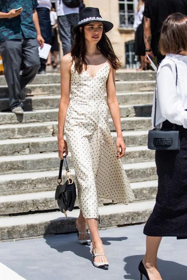 Váy midi với họa tiết chấm bi đơn giản và cực kì trẻ trung chắc chắn sẽ là item không thể thiếu trong tủ đồ các nàng.