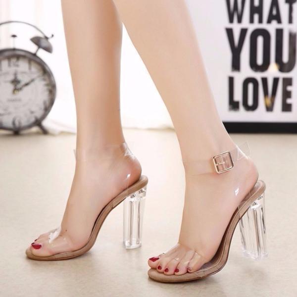 Độc đáo hơn, các nàng cũng có thể diện các kiểu giày được thiết kế độc đáo một chút, điển hình như đôi giày hot hit cực được lòng chị em này. Các chi tiết trong suốt như gót hay quai giày khiến đôi chân các nàng trông nhẹ nhàng và uyển chuyển hơn.