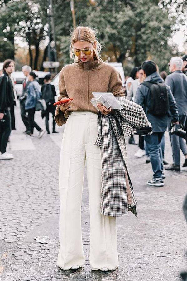 Những tông màutrắng, be, nâu luôn cực kì dễ mix cùng nhau. Và áo len diệncùng quần ống rộng cũng là một lựa chọn thú vị dành cho các cô gái miền Bắc.
