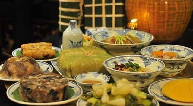 Mâm cơm rước ông bà ngày Tết thường phải có các món như thịt kho hột vịt, khổ qua hầm, gà luộc xé phai, cá hấp, đồ xào,…vv