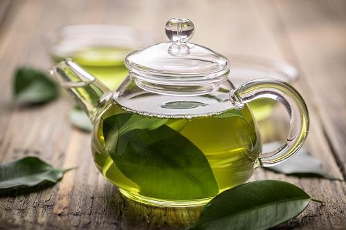 Rửa mặt với nước trà xanh giúp quá trình chăm sóc làn da nhạy cảm trở nên dễ dàng hơn