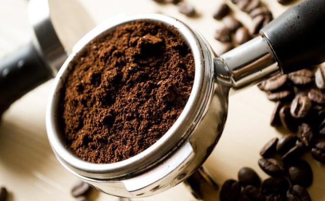 Bã cà phê vốn đã nổi tiếng với công dụng tẩy da chết, chống lão hóa và làm da trắng bật tông rất tốt
