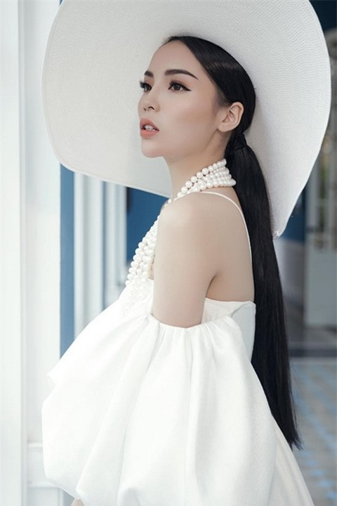 Kỳ Duyên có lẽ là Hoa hậu phù hợp nhất với kiểu tóc buộc đuôi ngựa thấp; vì nó mang đến cho cô nàng vẻ ngoài vô cùng sang chảnh và quý phái