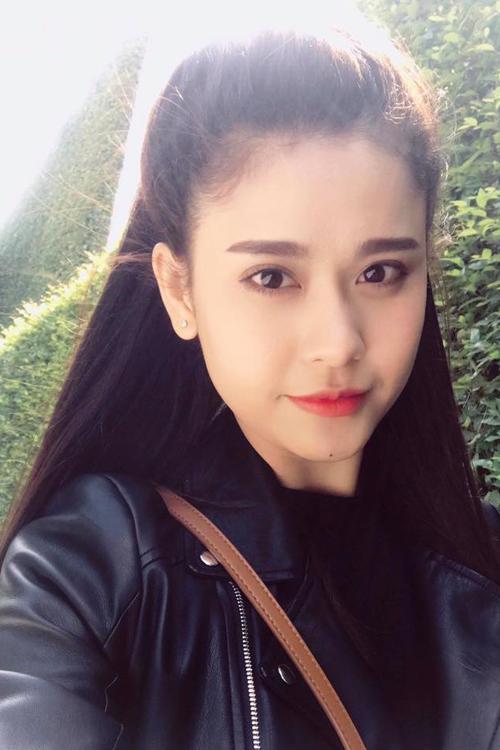 Cô ca sĩ Trương Quỳnh Anh trở nên nhẹ nhàng, dịu dàng hơn rất nhiều với kiểu tóc buộc nửa đầu