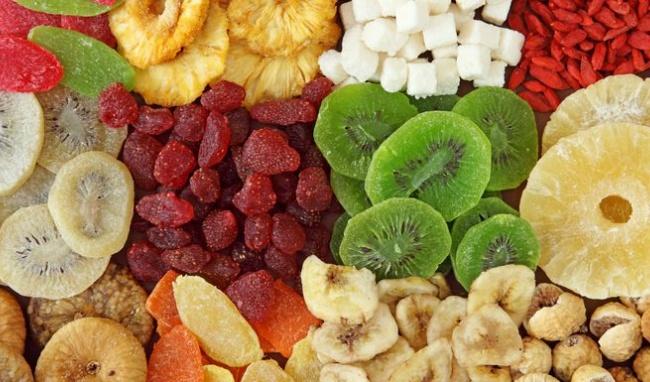 Lượng đường có trong trái cây sẽ bám lên răng của bạn, tấn công vào men răng và khiến hàm răng dần dần bị xỉn màu