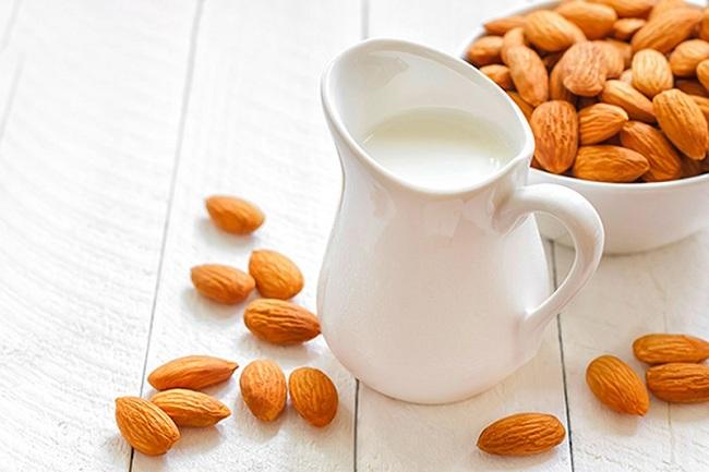 Các chuyên gia khuyên bạn nên uống một ly sữa hạnh nhân ngay sau bữa tối để có giấc ngủ tốt và làn da đẹp hơn trông thấy