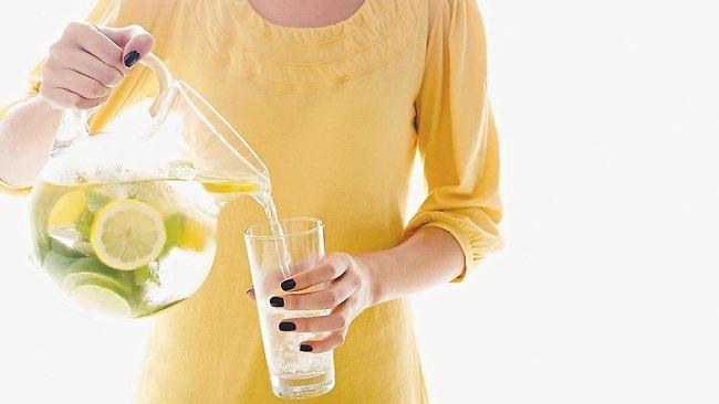 H'Hen Niê thường xuyên uống nước chanh ấm vào mỗi buổi sáng để lọc hết dầu mỡ, chất độc của ngày hôm trước ra khỏi cơ thể