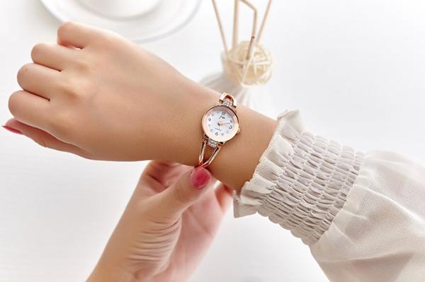 Việc sở hữu một chiếc đồng hồ đeo tay không chỉ toát lên vẻ cổ điển, thanh lịch mà còn giúp chị em công sở trở nên trẻ trung, mới lạ hơn rất nhiều
