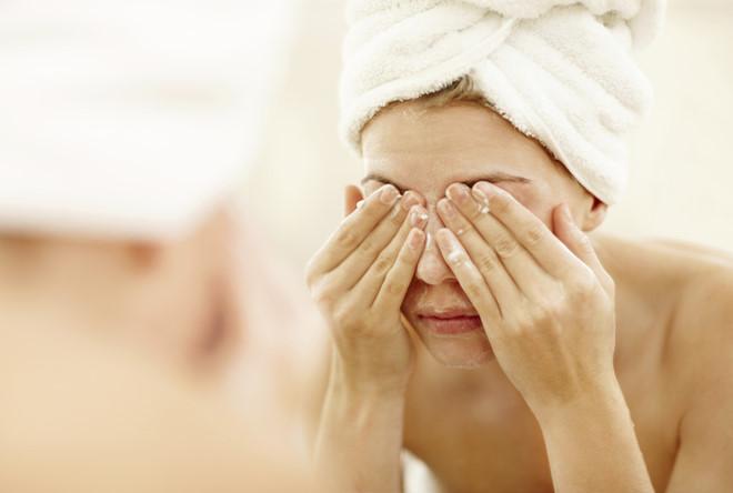 Chà xát vào mắt quá mạnh khi rửa mặt và tẩy trang là nguyên nhân khiến lông mi rụng nhiều hơn