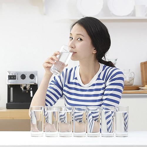 Uống đủ nước mối ngày tạo cho bạn một đôi hàng mi cong mượt, quyến rũ
