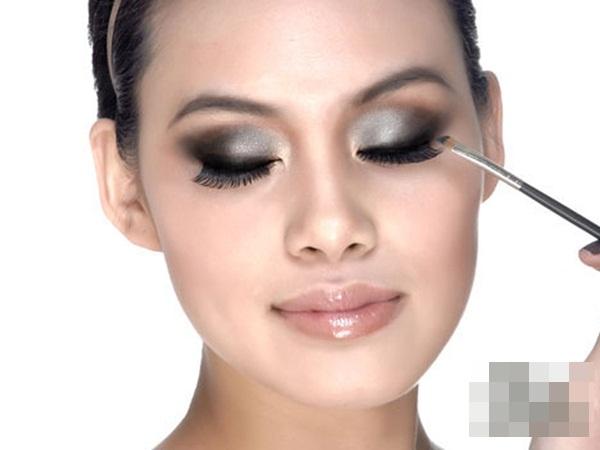 Trang điểm mắt quá đậm làm lông mi của bạn không thể mọc và phát triển hơn nữa