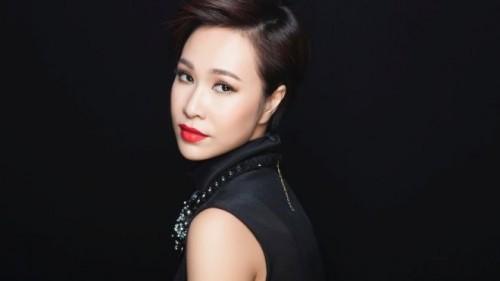 Ca sĩ Uyên Linh trở nên sang chảnh và cá tính hơn với mái tóc tém