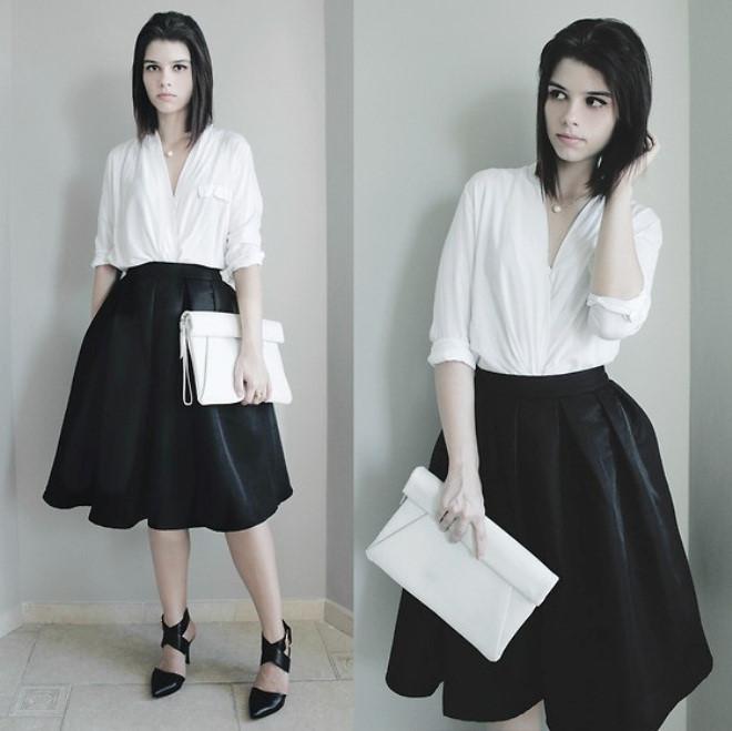 Bộ đôi chân váy midi đen mix cùng sơ mi trắng là xu hướng được nhiều bạn gái ưa chuộng. Giày cao gót và túi hand bag thời trang là những phụ kiện thích hợp nhất.