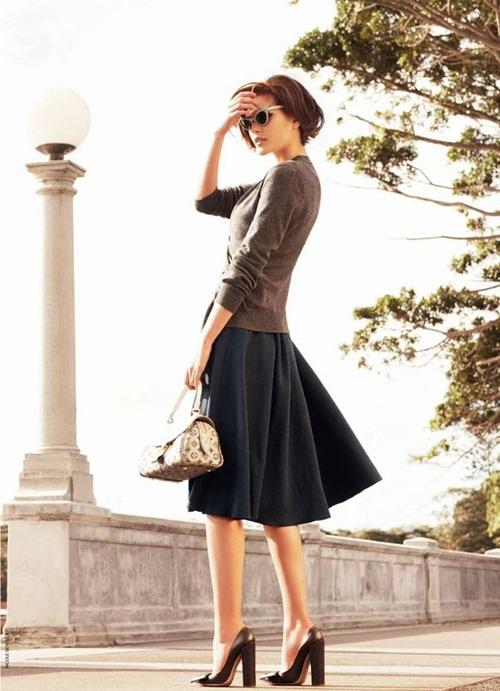 Một trong những kiểu áo phải có, cần có trong tủ đồ của quý cô công sở trong tiết trời mùa thu này là những chiếc áo len mỏng. Và dường như chiếc áo này sinh ra là để cho mùa thu bởi áo len có độ mỏng vừa phải giúp bạn vừa tránh được tiết trời se lạnh lại làm bạn không quá nóng bức như áo len dày. Vì vậy, một chiếc áo len mỏng mix với chân váy này là điều cần thiết nếu bạn muốn trở thành cô nàng công sở vừa sành điệu lại thanh lịch nữa.