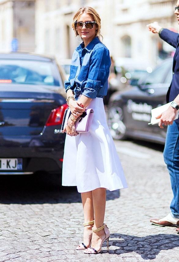 Chẳng khó đẻ bạn nhận ra rằng, denim cũng là một trong những chất liệu chủ đạo của mùa thu cùng với ren. Nếu bạn là một cô nàng ưa thịch sự phóng khoáng, có chút bụi băm của denim thì một chiếc áo sơ mi cũng vô cùng hợp khi bạn mix cùng chân váy này.
