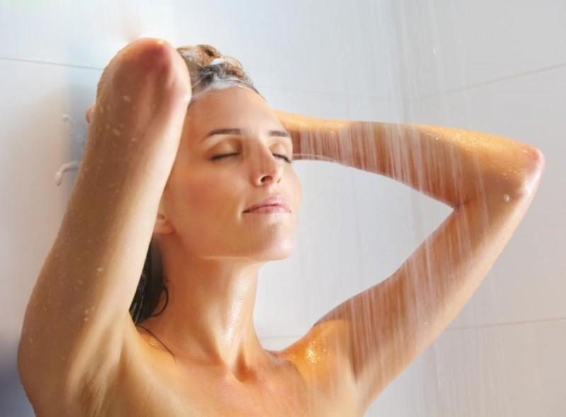 Vào mùa mưa, thói quen gội đầu bằng nước nóng sẽ khiến mái tóc dễ bị gãy rụng