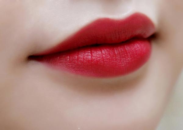 Đỏ cherry là màu son vừa quyến rũ lại ngọt ngào, nữ tính
