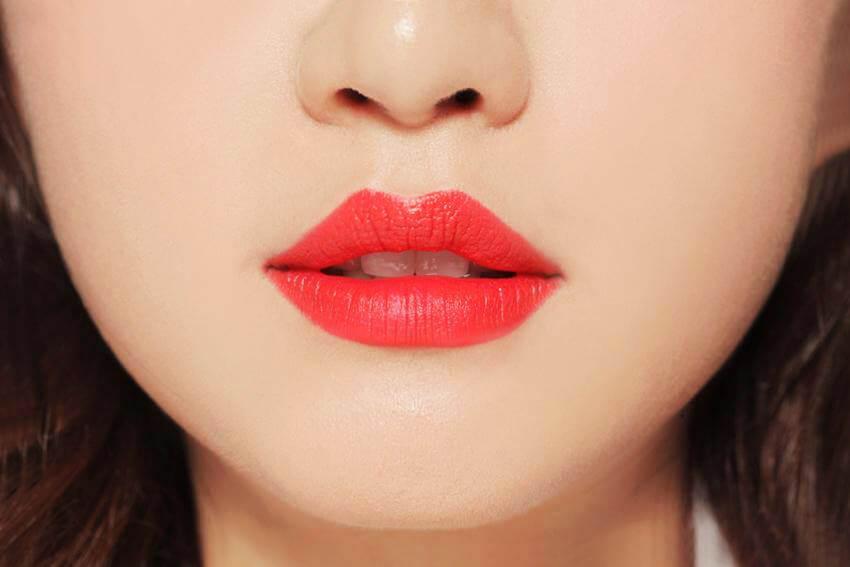 Màu đỏ pha cam sẽ giúp diện mạo của phái đẹp luôn tươi tắn, da và răng nhìn trắng sáng hơn