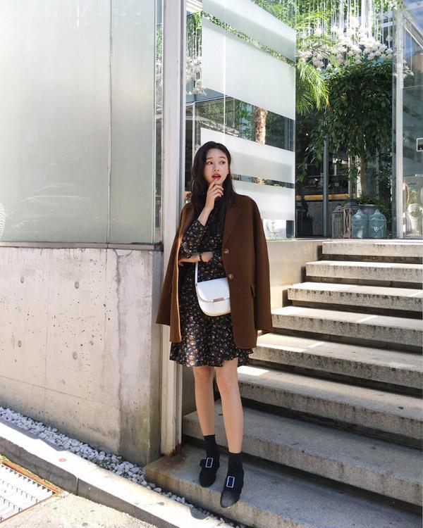 Những chiếc áo khoác dạ tông màu tối như món đồ bất ly thân của không ít cô gái Hàn khi xuống phố ngày lạnh.
