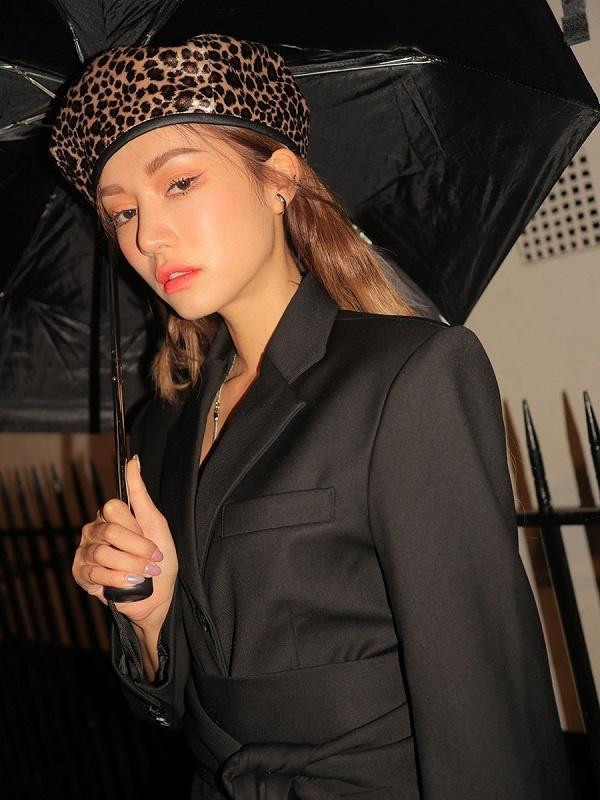 Nếu đã quá quen với mũ beret da lộn hoặc trơn đơn giản thì mũ da báo sẽ đem đến hiệu ứng thị giác hoàn toàn khác biệt cho chị em.