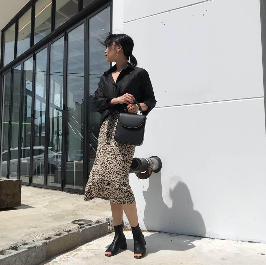 Vào những ngày mát mẻ mùa thu, bạn có thể mặc chân váy chữ A với sơ mi đơn sắc, kết hợp với một đôi giày cổ cao, đó sẽ là hình ảnh hoàn hảo và cực kỳ hợp mốt.