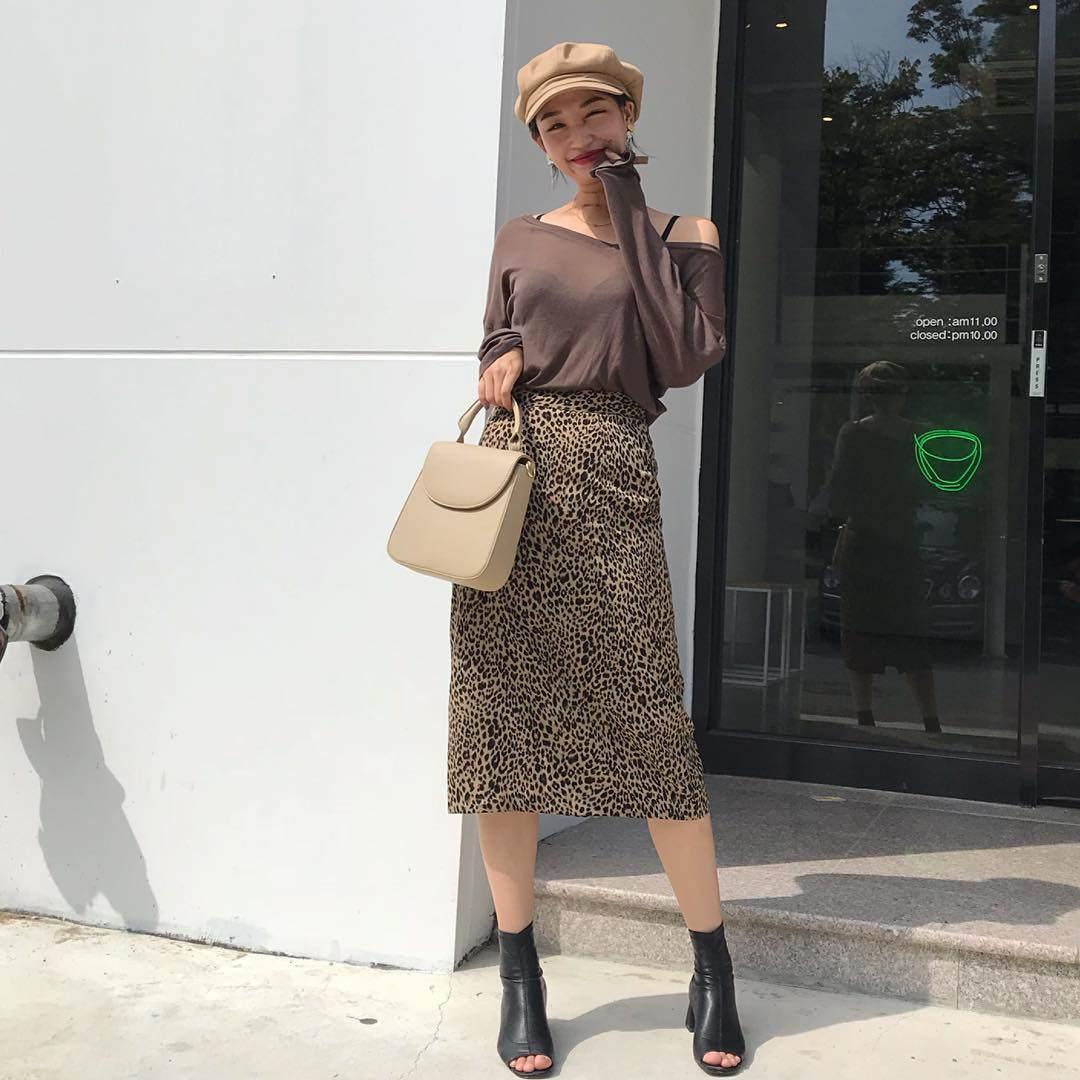 Cùng một chiếc chân váy, có thể thay đổi diện mạo một cách cực đơn giản khi mặc cùng các kiểu áo khác nhau. Nhưng chị em lưu ý, nên chọn áo đơn sắc vì họa tiết da báo vốn đã rất cầu kỳ.