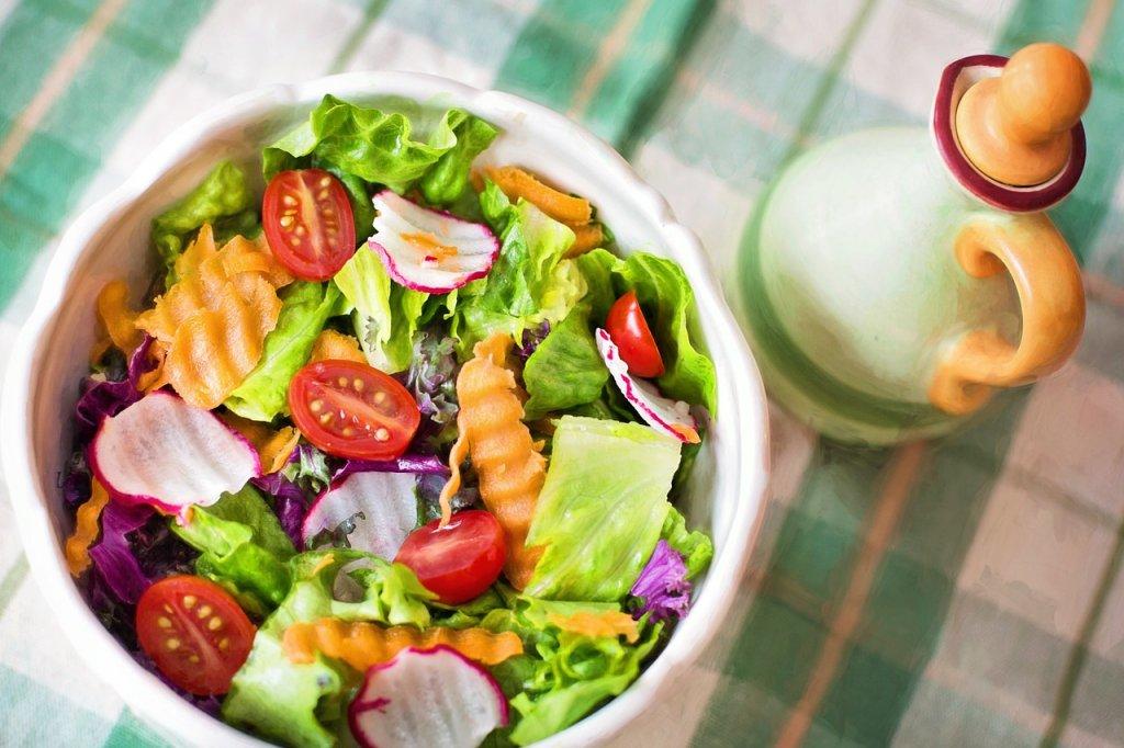 Vào buổi trưa, Võ Hạ Trâm sẽ ăn trưa bằng đĩa salad và lòng trắng trứng gà