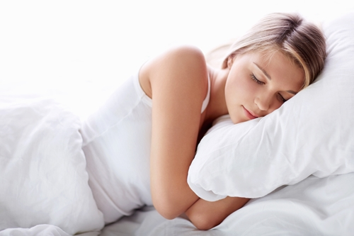 Ban đêm là lúc làn da của bạn hoạt động tích cực để tự tái tạo. Quá trình ấy sẽ không thể diễn ra trơn tru trên một chiếc gối đã hết hạn sử dụng và ruột gối lẫn vỏ gối đều rất lâu chưa được giặt sạch. Các chuyên gia khuyên bạn nên thay ruột gối ít nhất 3 năm/lần còn vỏ gối thì nên được vệ sinh thường xuyên mỗi tuần, hút sạch bụi và tóc rụng mỗi ngày. Bạn cũng nên chọn những sản phẩm êm ái, chất lượng bởi chúng sẽ giúp cho da mặt bạn được nâng niu một cách tuyệt đối.  Ban đêm chính là thời điểm vàng để chăm sóc cho làn da