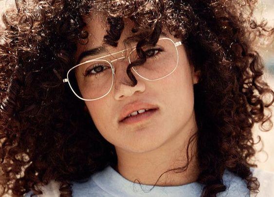 Với những quý cô sở hữu khuôn mặt vuông, hãylựa chọn gọng kính có hình tròn hoặc bầu dục để giúp khuôn mặt trông nhẹ nhàng và thanh thoát hơn