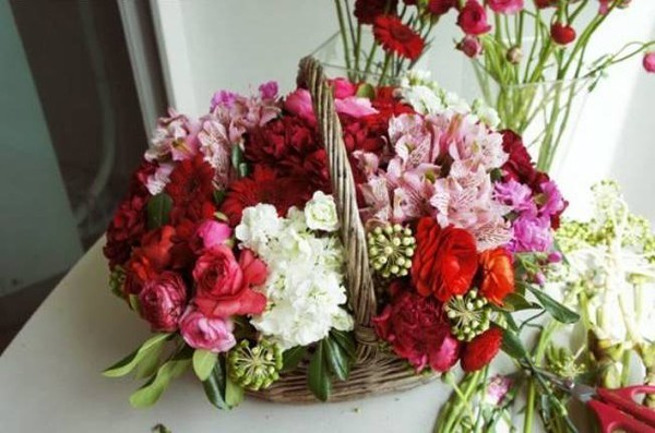 Chỉ cần khéo léo một chút là bạn đã có ngay một lẵng hoa tươi rực rỡ cho ngày 20/11