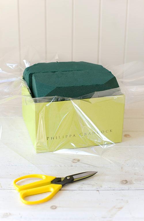 Lót một lớp giấy bóng kính vào bên trong chiếc hộp