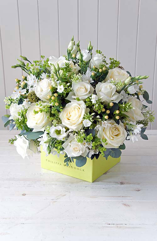 Cắm đều hoa hồng trắng kín bề mặt hộp