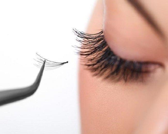 Không biết tháo mi nối đúng cách sẽ làm rụng mi thật và tổn thương đến vùng da mắt