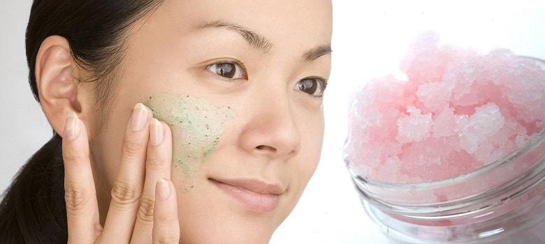 Tẩy da chết thường xuyên là một trong những phương pháp ngăn cản hình thành mụn hiệu quả