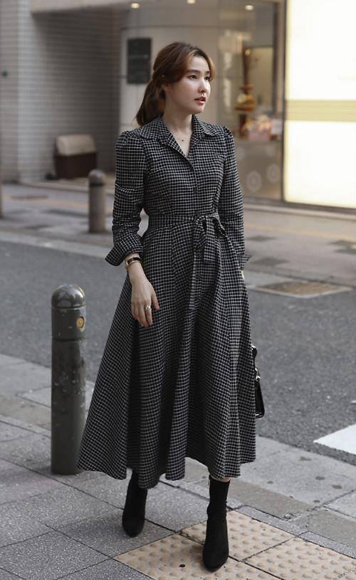 Với những ngày quá bận rộn và ngại chọn áo choàng để mix-match cùng các set đồ công sở, các bạn gái có thể chọn váy thắt eo phom dáng cổ điển. Chất liệu vải tweed, vải bố mỏng tạo sự trang nhã, vẫn có thể giúp các nàng giữ ấm.